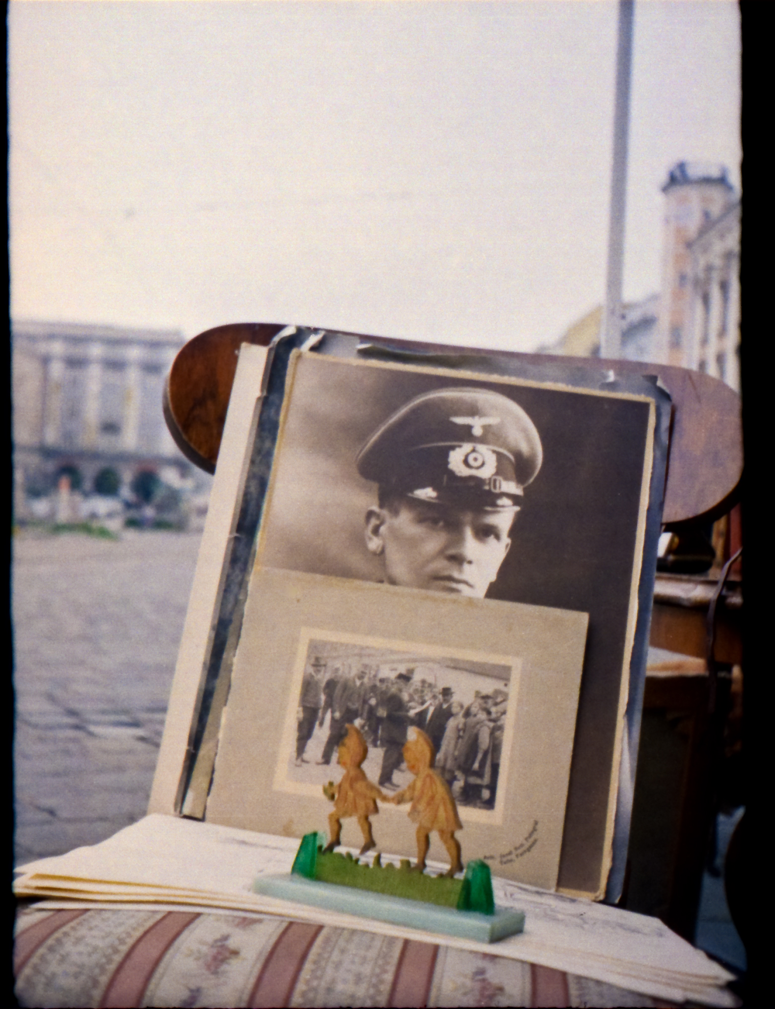 Portrait eines Soldaten der Wehrmacht am Flohmarkt auf dem Linzer Hauptplatz