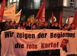 """Fotostrecke: Demonstration """"Wir zeigen der Regierung die rote Karte"""""""